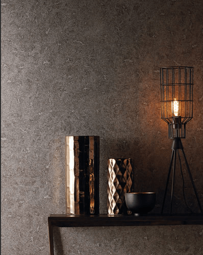 Tmavá tapeta na zeď a stůl s lampou a dekoracemi
