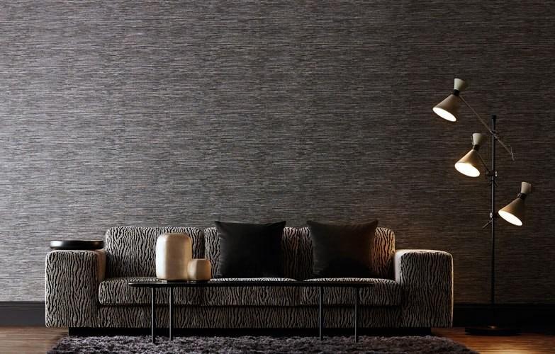 Tmavá tapeta na zeď a stojací lampa v obývacím pokoji