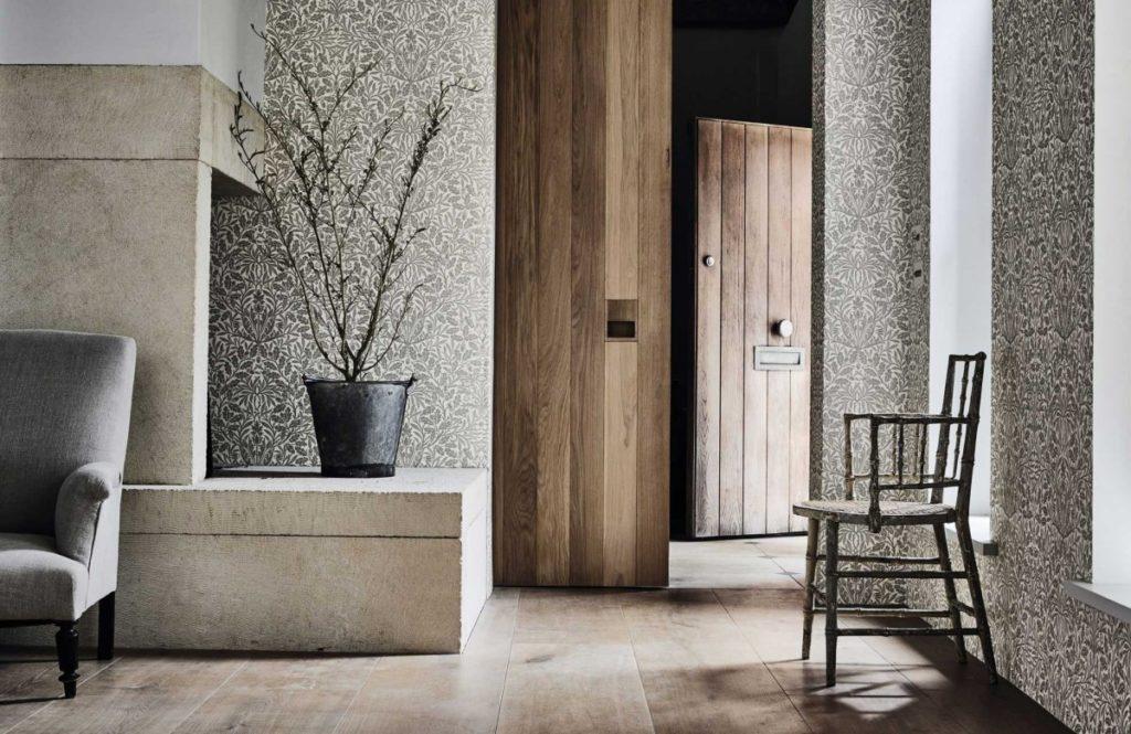 Vzorovaná tapeta na zeď a ozdobná pokojová rostlina
