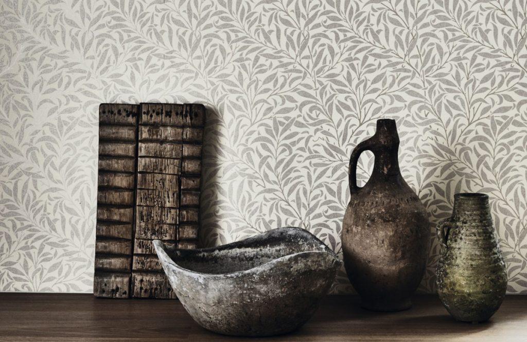 Nástěnná tapeta s přírodním motivem a stůl s dekoracemi