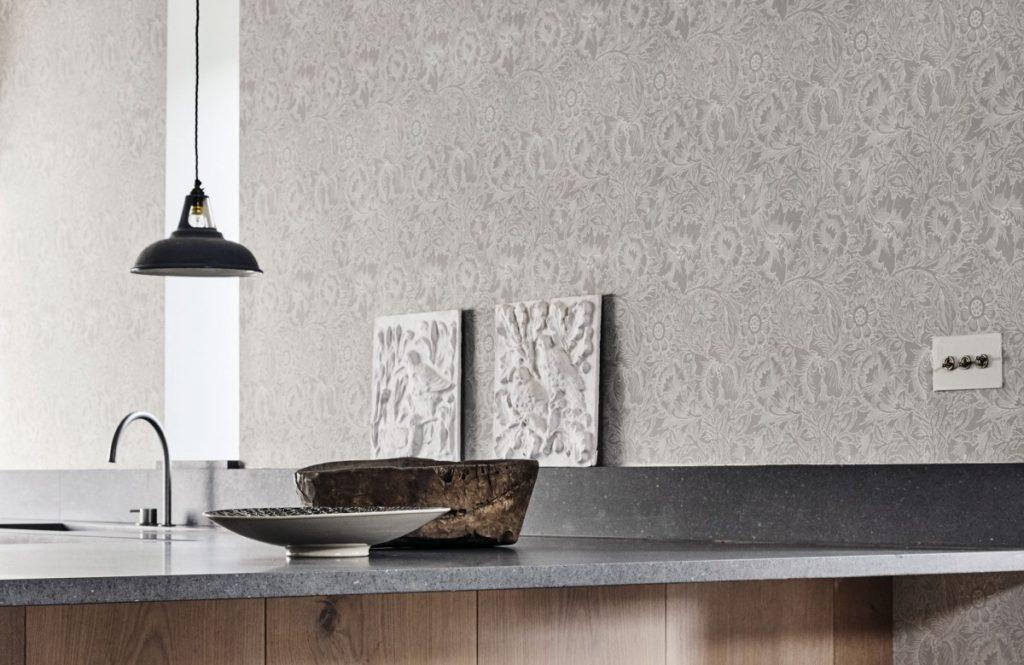 Vzorovaná tapeta na zeď s nástěnnými dekoracemi v kuchyni