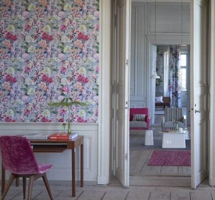 Nástěnná tapeta s květinovým vzorem a psací stůl s dekoracemi