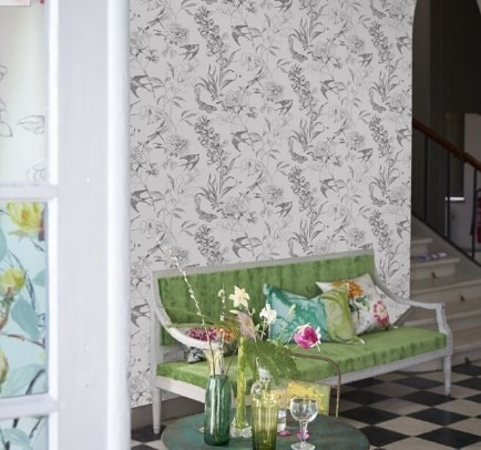 Nástěnná tapeta s přírodním motivem a křeslo s polštářky