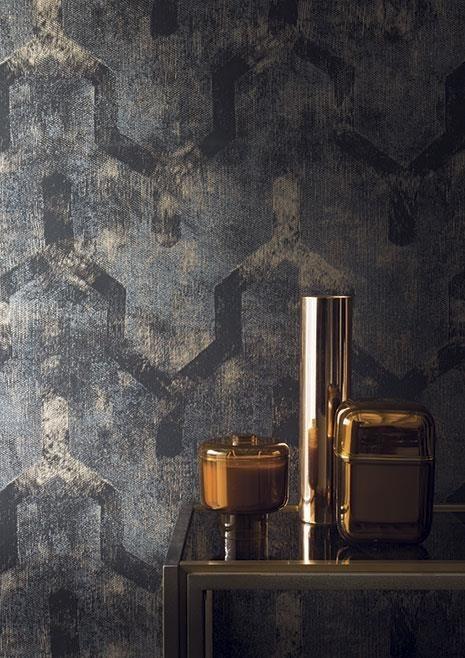 Vzorovaná tapeta na zeď se zlatými dekoracemi