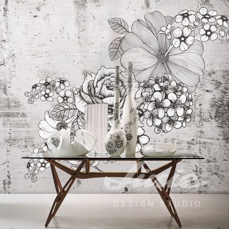 Nástěnná tapeta se vzory květin a stolek s dekoracemi
