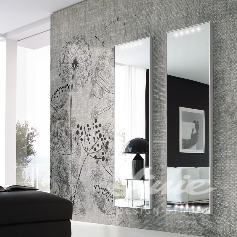 Nástěnná tapeta s motivem květin a dvě zrcadla