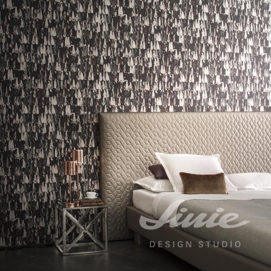 Manželská postel s polštářky a abstraktní tapeta na zeď