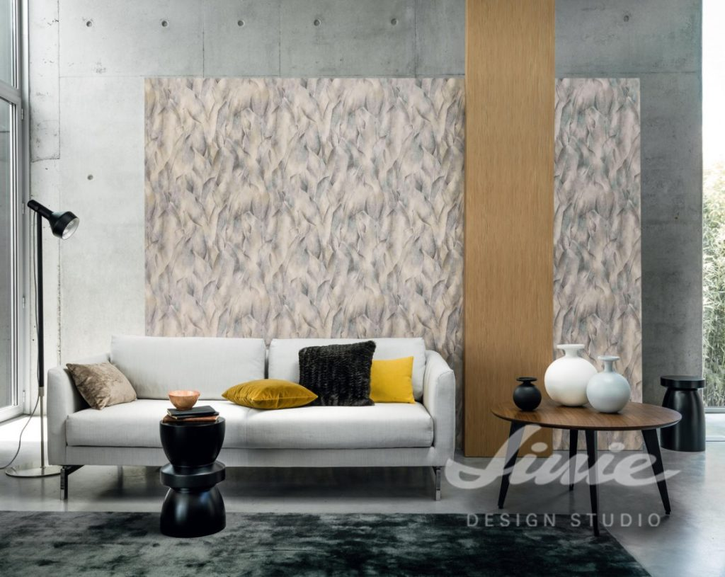 Pohovka s polštářky a abstraktní nástěnná tapeta