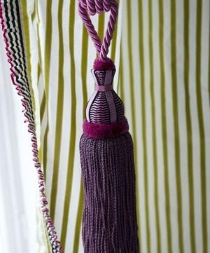 Volná dekorace ve fialové barvě