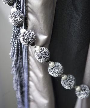 Volná dekorace v šedobílých odstínech