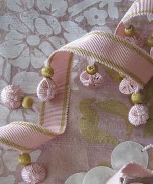 Volná dekorace růžová s třásněmi