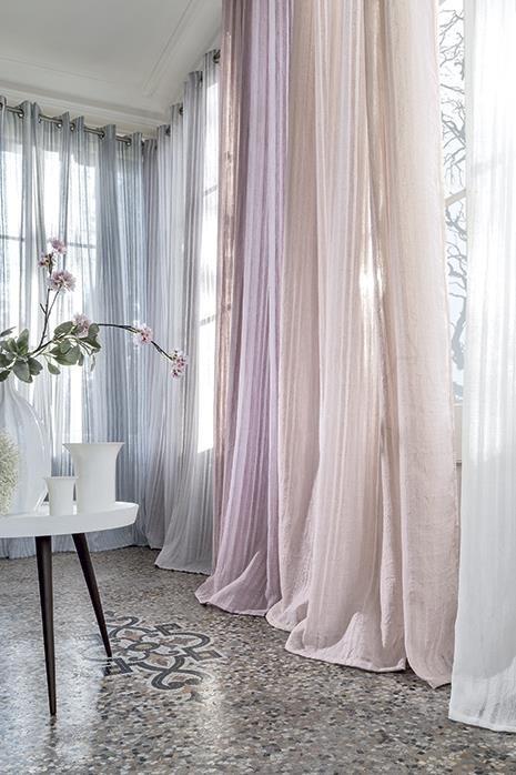 Průsvitné záclony v pastelově pudrových barvách