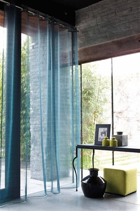 Průsvitné záclony v indigové barvě