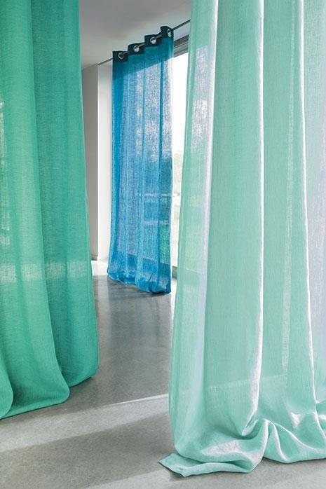 Průsvitné záclony v jasných barvách