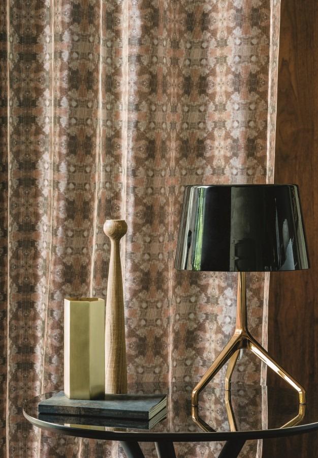 Záclony s abstraktním vzorem v neutrálních barvách