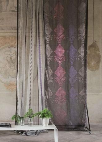 Záclony s barevným vzorem