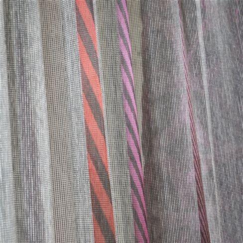 Záclony s barevnými pruhy