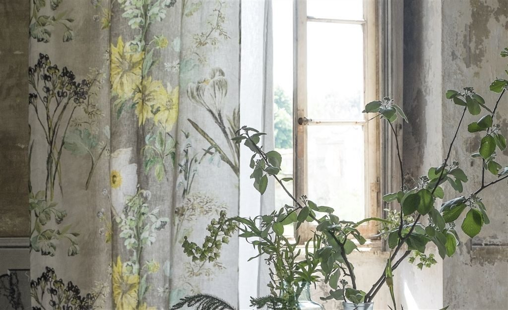 Záclony s květinovým motivem