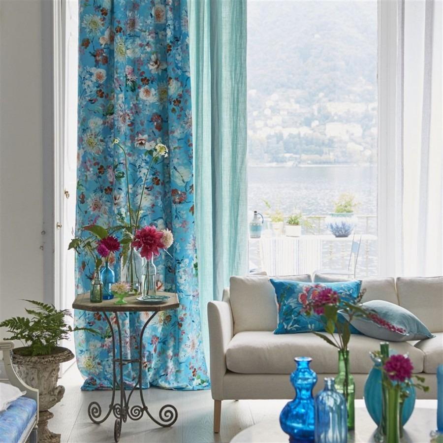 Modré závěsy s květinovým motivem