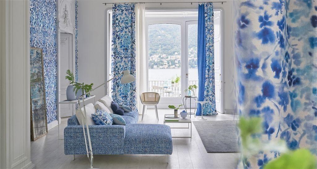 Závěsy s modrými ornamenty a květy