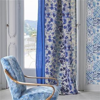 Závěsy s modrými prvky a ornamenty