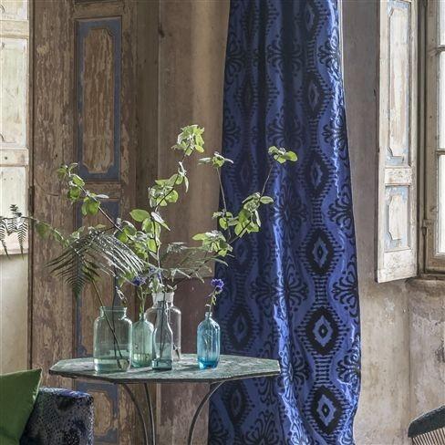 Závěsy v modré barvě s černým vzorem
