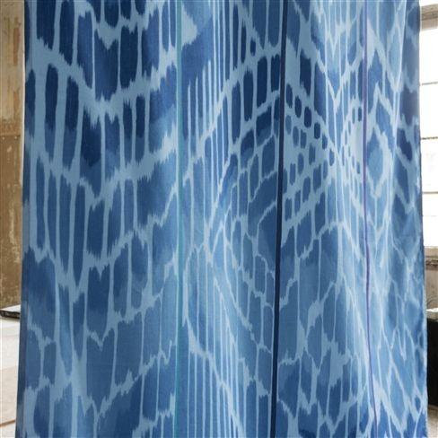 Závěsy v modré barvě se vzorem