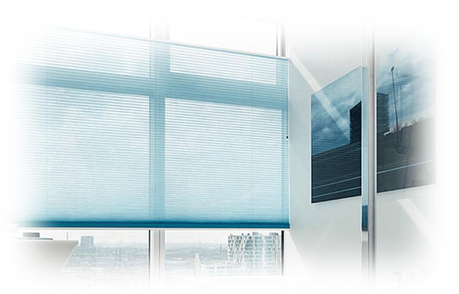 Bledě modré zastínění oken