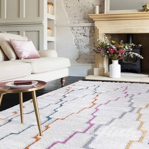 kusový koberec s barevným geometrickým vzorem