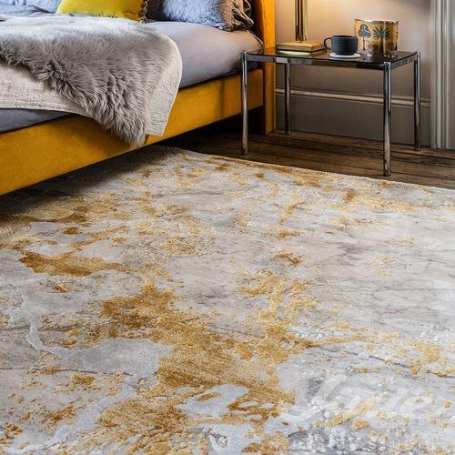 šedý koberec se žlutým vzorem