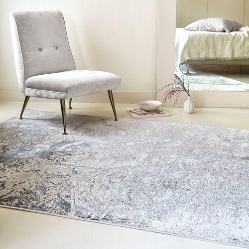 šedý koberec chlupatý