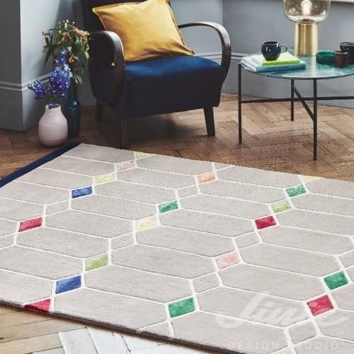 šedý kusový koberec s geometrií