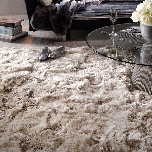 béžový koberec s dlouhým vlasem