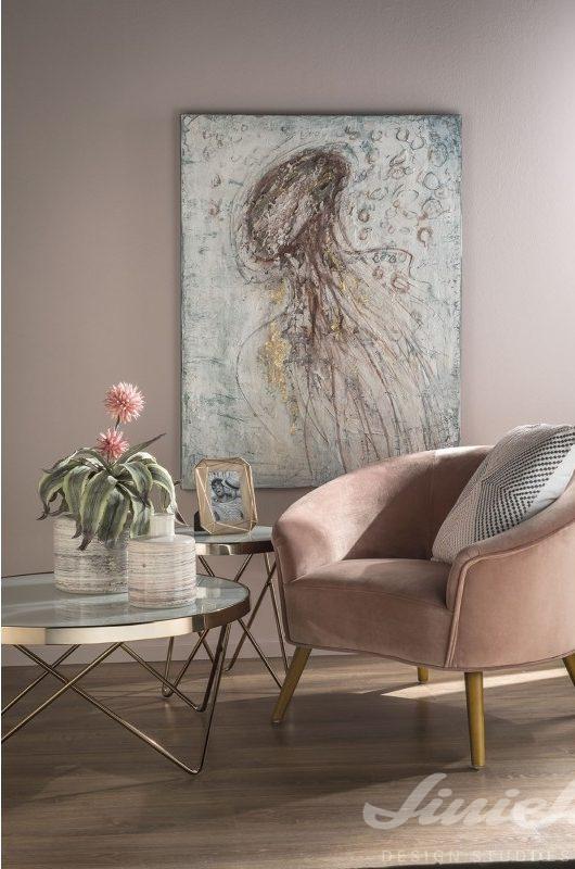 starorůžové křeslo a obraz na zeď loca nera