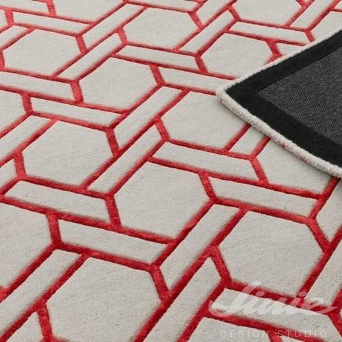 šedý koberec s červeným vzorem