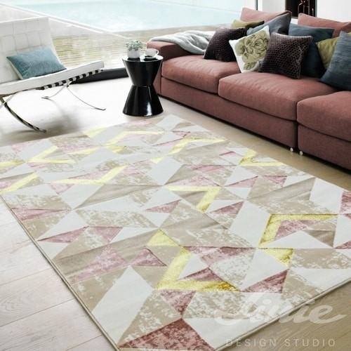 béžový růžový koberec se vzorem
