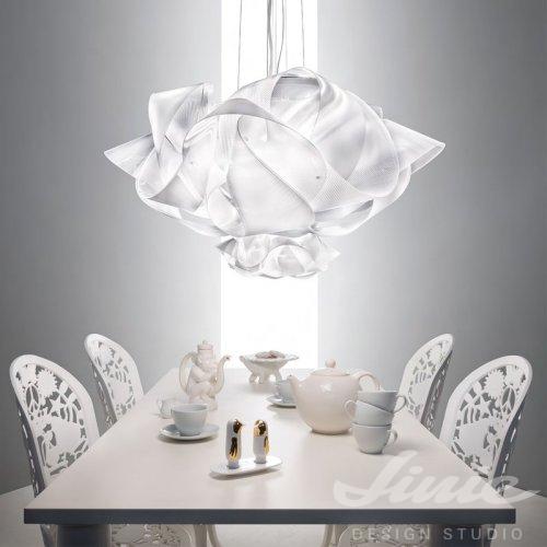 designové závěsné světlo slamp nad jídelní stůl