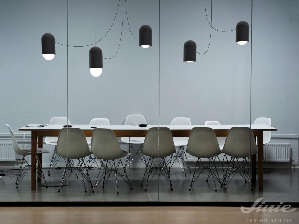 designové černé závěsné světlo lucis capsule