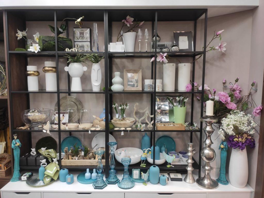 Vázy svícny a umělé květy