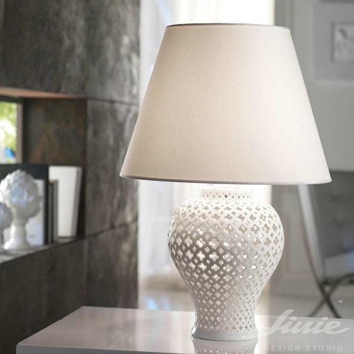 bílá porcelánová stolní lampa s textilním stínidlem loca nera