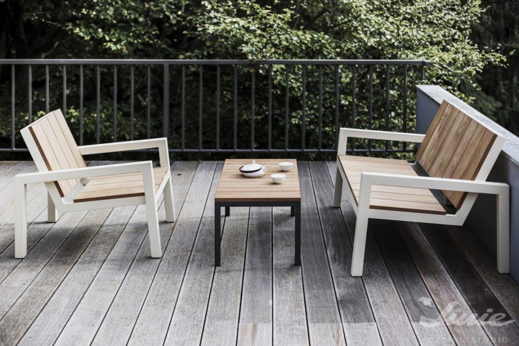 minimalistický zahradní nábytek dřevěný s kovem