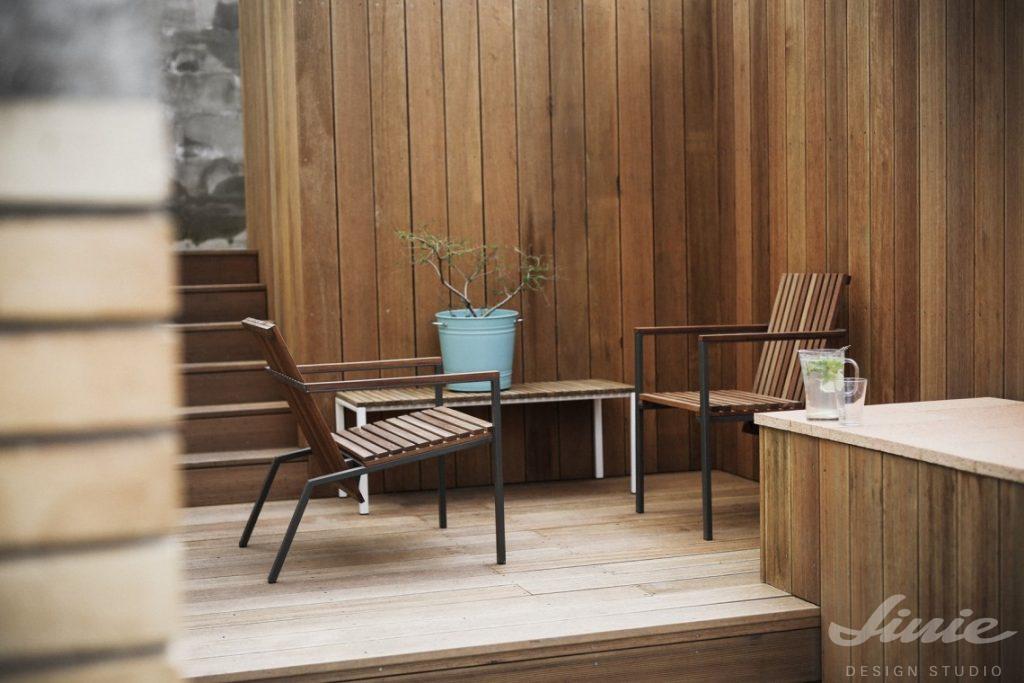 moderní dřevěný zahradní nábytek křeslo a stůl