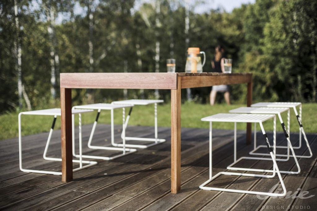 Jídelní stůl zahradní na terasu s bílými stoličkami
