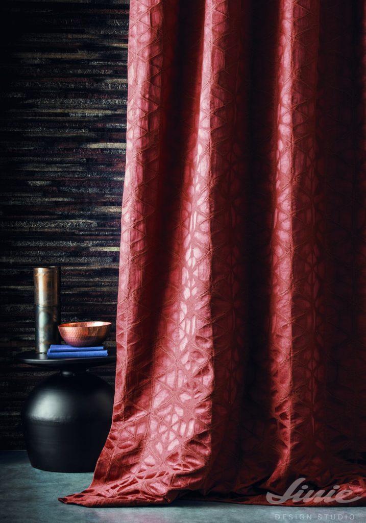 luxusní červený závěs casamance palmares