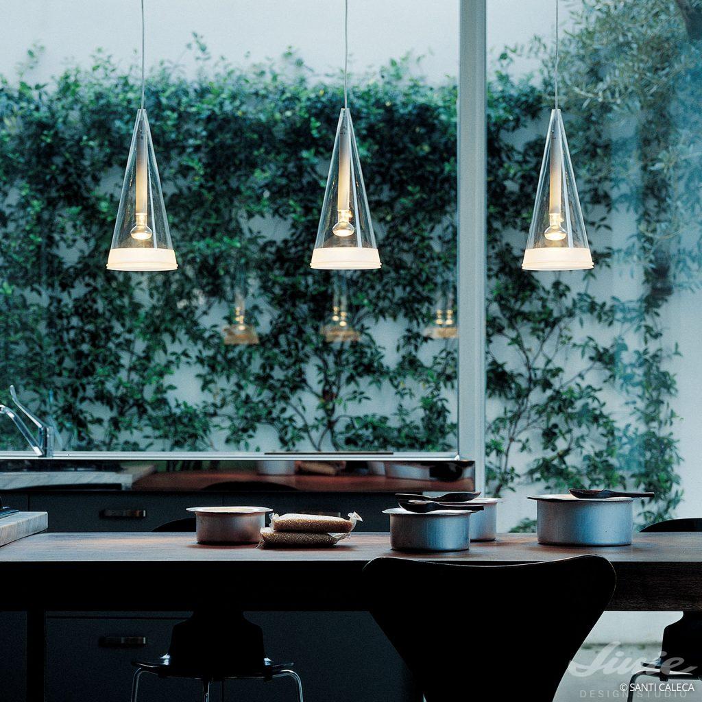 flos zavesne svetlo ze skla fucsia sklo nad stůl