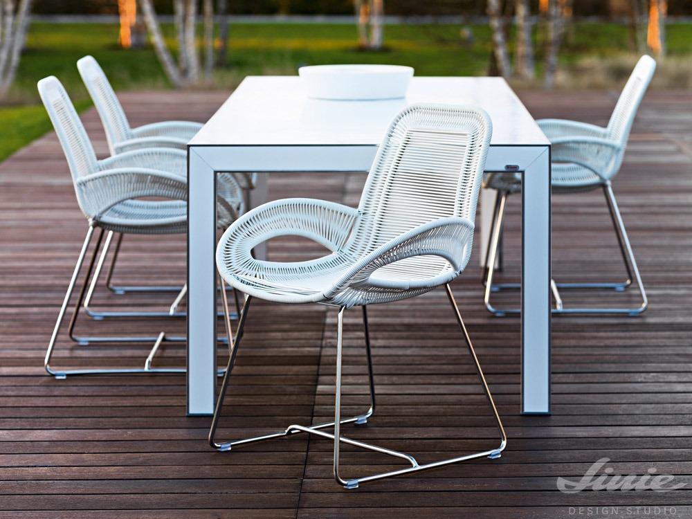 designová bílá venkovní židle