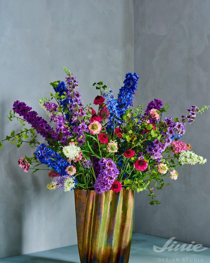 Zlatá váza a umělé květiny silkka